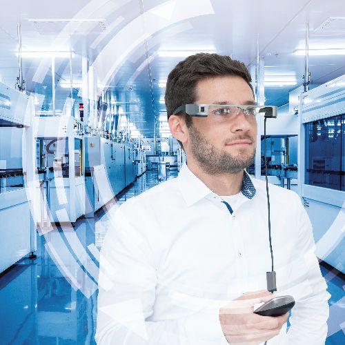 Ein Mann trägt eine Datenbrille