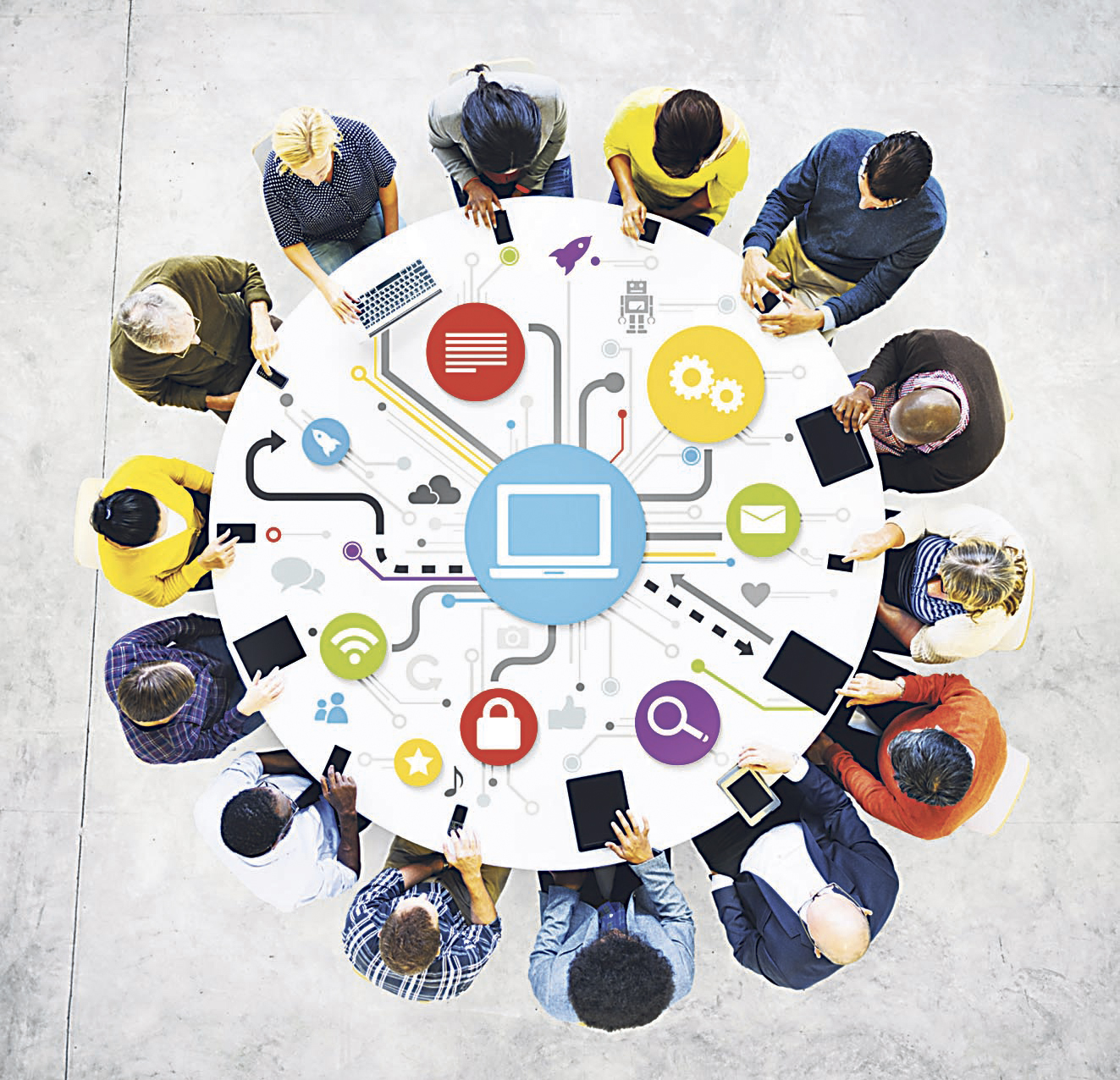 Mitarbeiter sitzen an einem runden Tisch, von oben gesehen