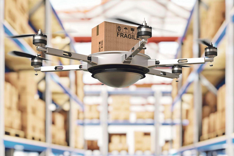Eine Drohne liefert ein Paket