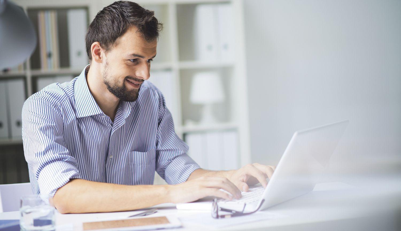 Ein Mann am Laptop