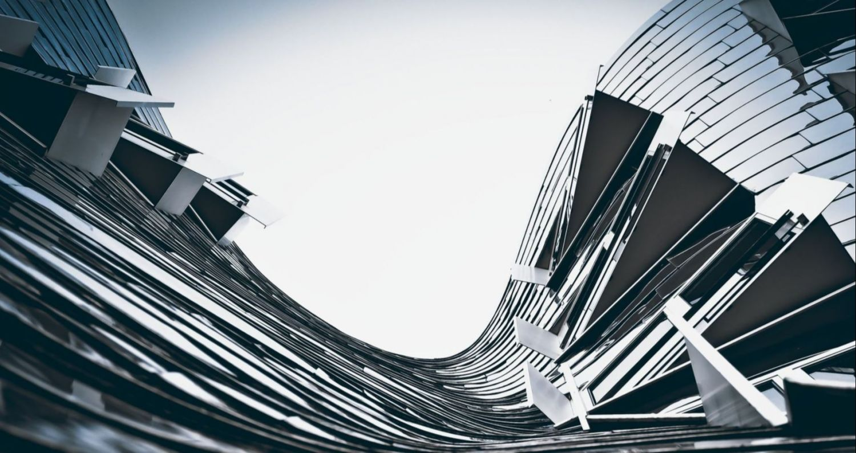 Futuristische Fassade von unten gesehen