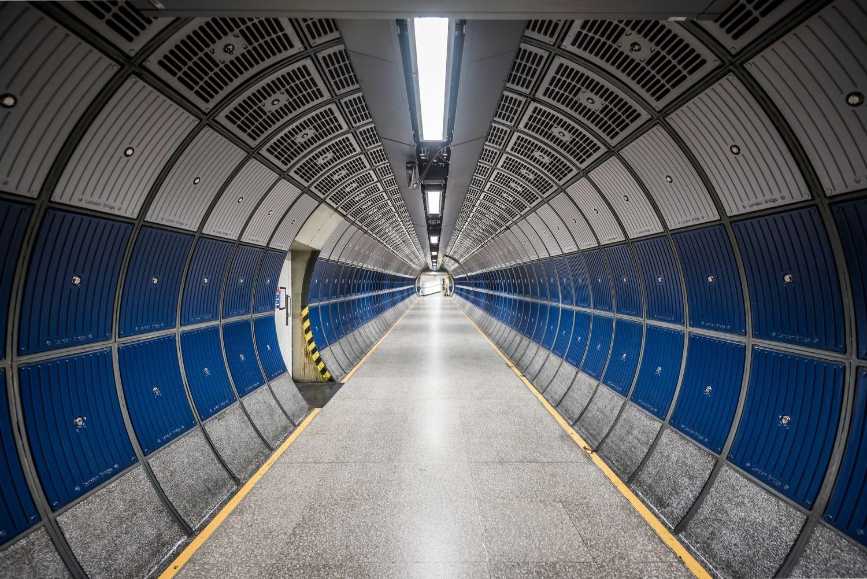 Blick in einen beleuchteten Tunnel