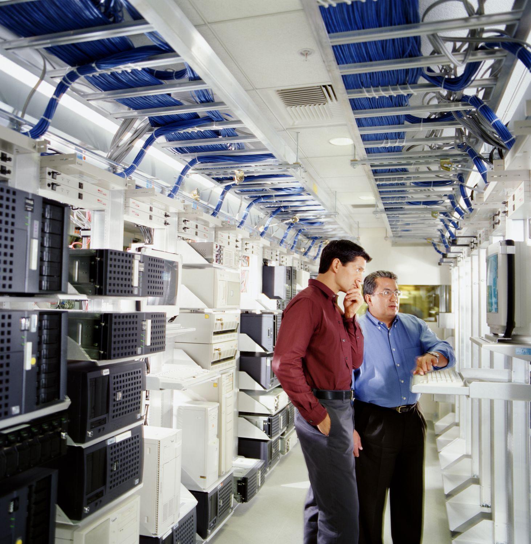 Zwei Menschen in einem Serverraum