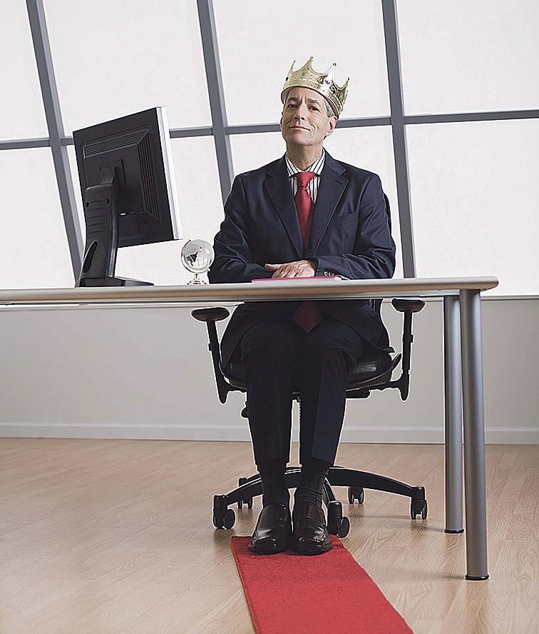 Ein Vorgesetzter mit Krone an seinem Schreibtisch