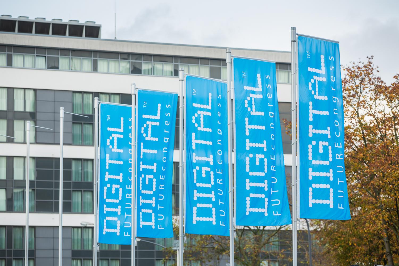 Banner des DIGITAL FUTUREcongress vor dem Kongressgebäude