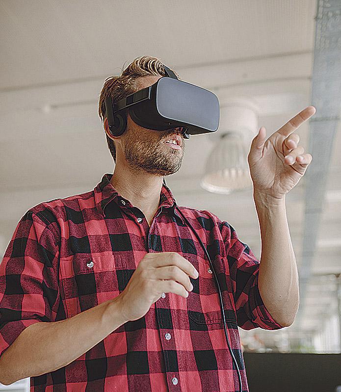Ein Mann trägt eine VR-Brille