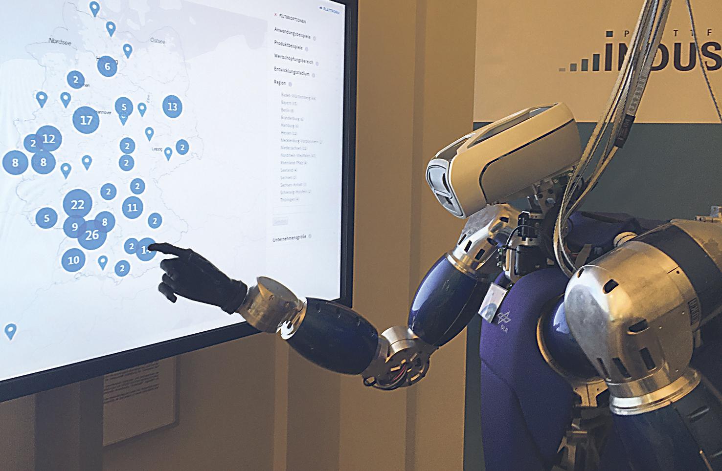 Ein Roboter deutet auf eine Karte