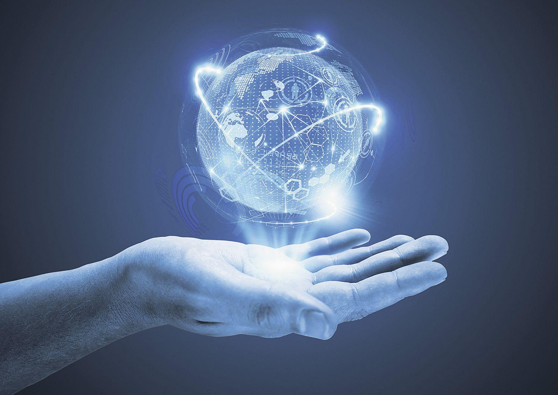 Die Projektion einer Weltkugel schwebt über einer geöffneten Hand
