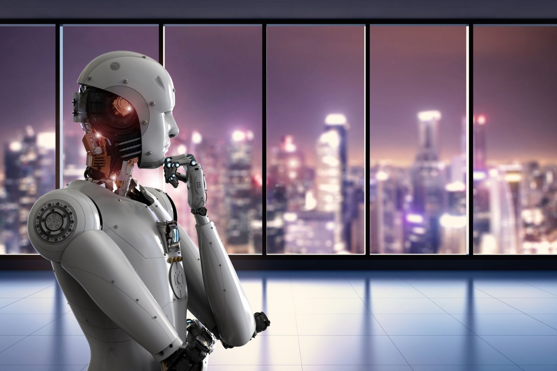 Ein Roboter steht vor einem Fenster. Thema künstliche Intelligenz