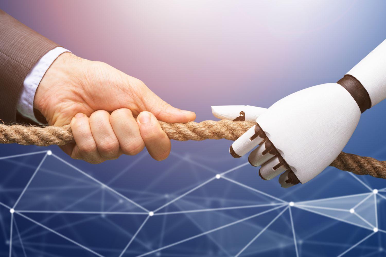 Menschen- und Roboterhand ziehen in entgegengesetzter Richtung an einem Tau.