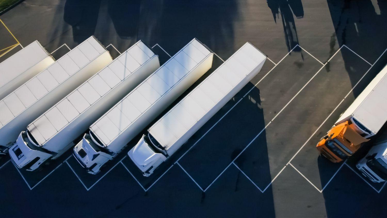 LKW auf einem Parkplatz. Thema: Industrie 4.X