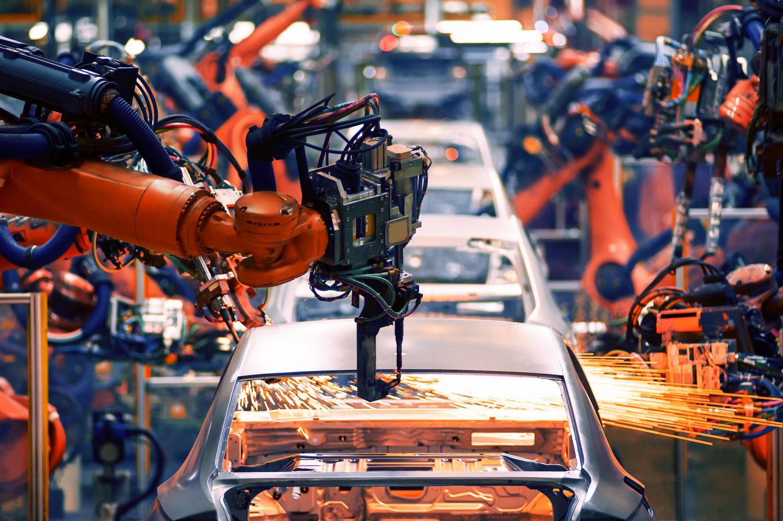 Maschinen fertigen ein Auto. Sensoren spielen eine wichtige Rolle in Fertigungsprozessen.