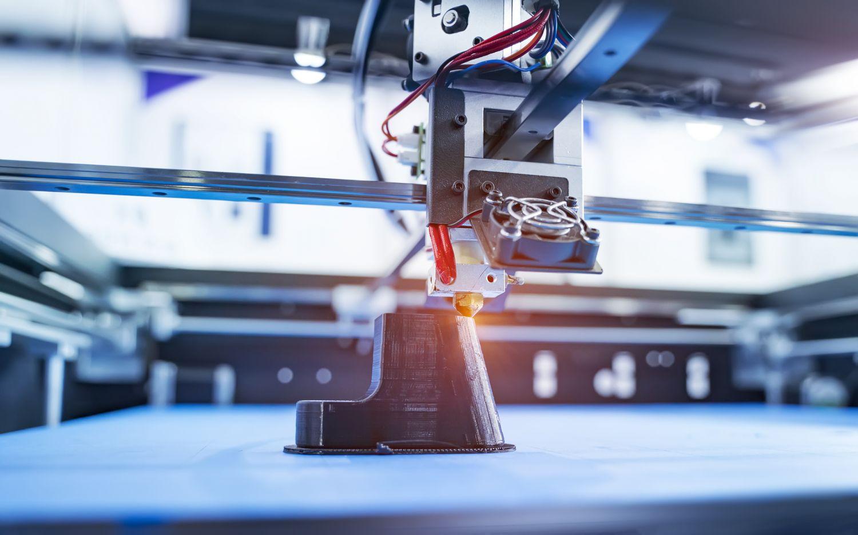 3D-Drucker stellt ein Produkt her.