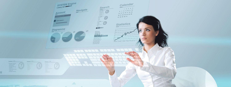Eine Frau tippt etwas in das Hologramm einer Computertastatur