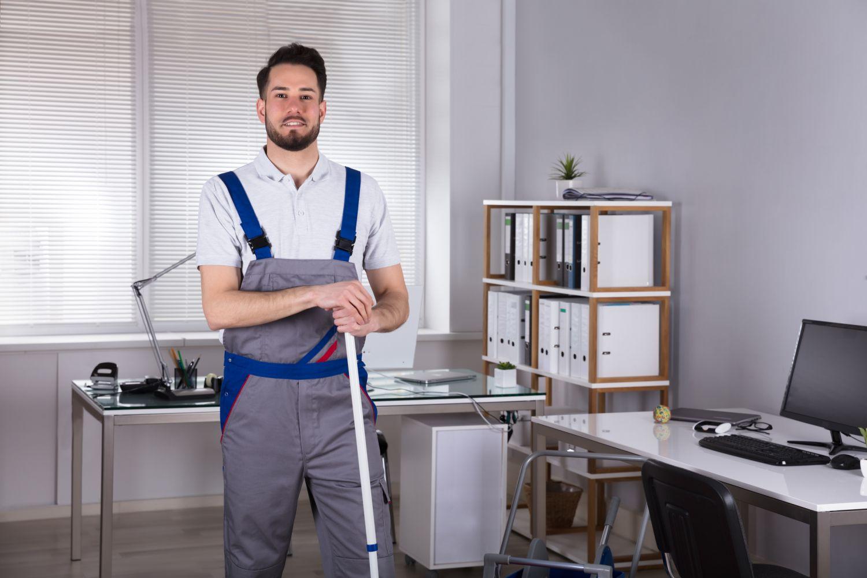 Ein Hausmeister steht neben einem Rechnerarbeitspaltz. Thema: semantische Netzwerke