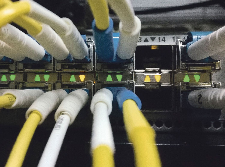 Netzwerkswitch mit angeschlossenen Kabeln
